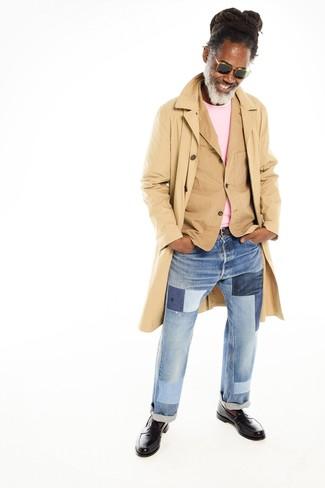 Cómo combinar: gabardina marrón claro, blazer de algodón marrón claro, jersey con cuello circular rosado, vaqueros de patchwork celestes