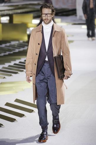 Cómo combinar un blazer morado oscuro: Si buscas un look en tendencia pero clásico, elige un blazer morado oscuro y un pantalón chino azul marino. Haz zapatos con hebilla de cuero negros tu calzado para mostrar tu inteligencia sartorial.
