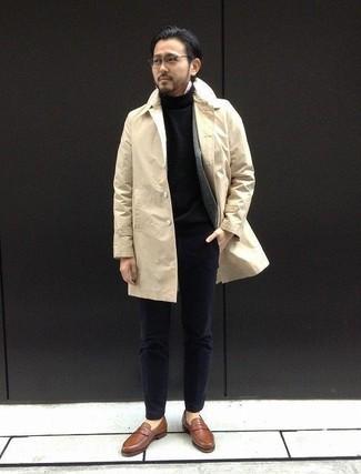 Cómo combinar: gabardina en beige, blazer de lana gris, jersey de cuello alto negro, camisa de manga larga blanca