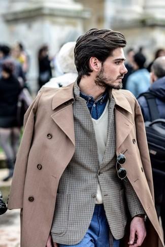 Cómo combinar: gabardina en beige, blazer de cuadro vichy marrón, jersey de pico en beige, camisa vaquera azul