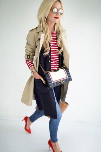Look de moda: Gabardina en beige, Blazer sin mangas azul marino, Camiseta de manga larga de rayas horizontales en rojo y blanco, Vaqueros pitillo desgastados azules