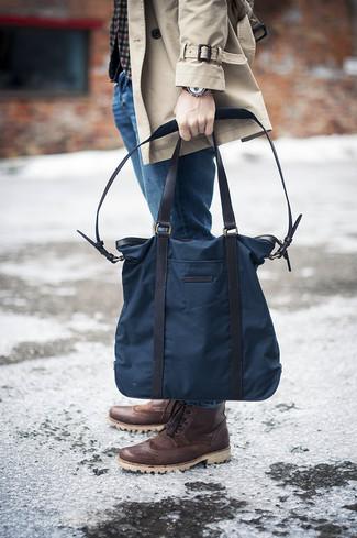 Cómo combinar: gabardina en beige, blazer de lana de cuadro vichy gris, vaqueros azules, botas brogue de cuero en marrón oscuro