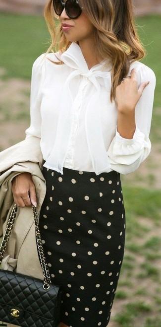 Cómo combinar una falda lápiz a lunares en negro y blanco: Si buscas un estilo adecuado y a la moda, usa una gabardina en beige y una falda lápiz a lunares en negro y blanco.