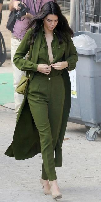 Look de Kendall Jenner: Gabardina Ligera Verde Oliva, Blusa de Botones Verde Oliva, Pantalón de Vestir Verde Oliva, Zapatos de Tacón de Cuero en Beige