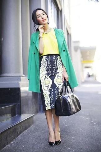 Cómo combinar: gabardina verde, blusa de manga corta de seda amarilla, falda lápiz con print de flores en azul marino y blanco, zapatos de tacón de cuero negros