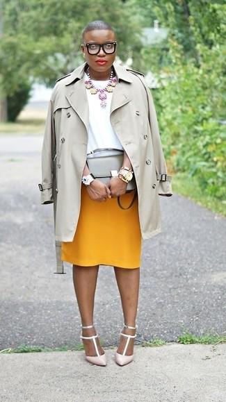 Cómo combinar: gabardina gris, blusa de manga corta blanca, falda lápiz mostaza, zapatos de tacón de cuero rosados