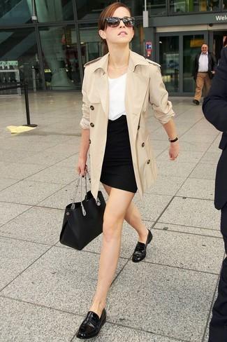 Cómo combinar: gabardina en beige, blusa sin mangas blanca, minifalda negra, mocasín de cuero negros