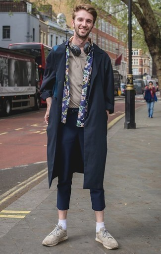 Cómo combinar una gabardina azul marino: Emparejar una gabardina azul marino junto a un pantalón chino azul marino es una opción inigualable para un día en la oficina. Si no quieres vestir totalmente formal, elige un par de deportivas en beige.