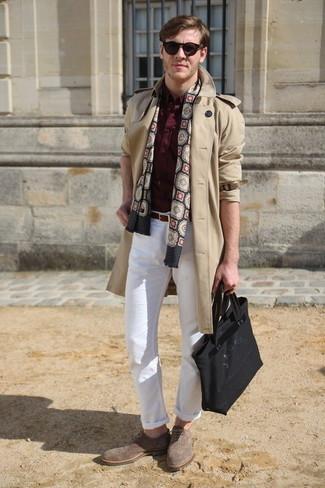 Cómo combinar: gabardina en beige, camisa de manga larga burdeos, pantalón chino blanco, zapatos brogue de ante marrón claro