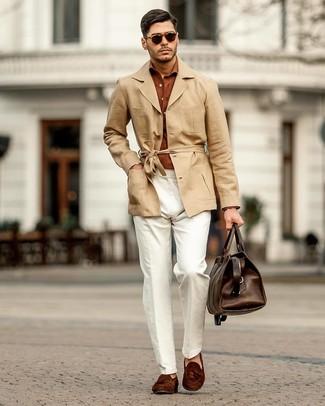 Cómo combinar: gabardina de lino marrón claro, camisa de manga larga en tabaco, pantalón chino de lino blanco, mocasín con borlas de ante en marrón oscuro