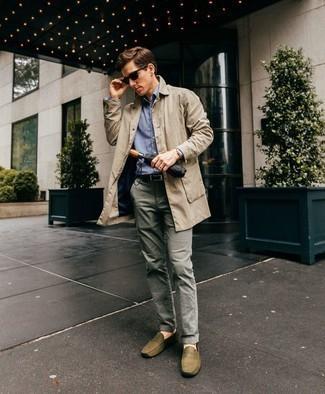 Cómo combinar una gabardina en beige: Opta por una gabardina en beige y un pantalón chino gris para lograr un estilo informal elegante. ¿Quieres elegir un zapato informal? Haz mocasín de cuero verde oliva tu calzado para el día.