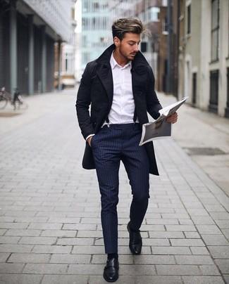 Outfits hombres: Ponte una gabardina negra y un pantalón de vestir de rayas verticales azul marino para rebosar clase y sofisticación. Zapatos con doble hebilla de cuero negros son una opción excelente para completar este atuendo.