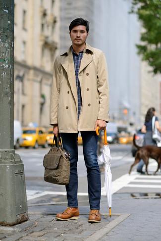 Cómo combinar: gabardina marrón claro, camisa de manga larga de tartán azul marino, vaqueros azul marino, botas de trabajo de cuero marrón claro