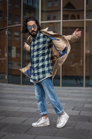 Cómo combinar: gabardina marrón claro, camisa de manga larga de tartán azul marino, vaqueros azules, deportivas blancas