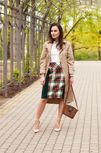 Look de moda: Gabardina marrón claro, Camisa de vestir blanca, Falda lápiz de tartán en verde y rojo, Zapatos de tacón de cuero en beige