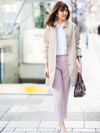 Cómo combinar: gabardina en beige, camisa de vestir blanca, pantalón de pinzas rosado, bailarinas de cuero plateadas