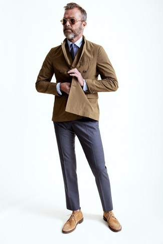 Cómo combinar: gabardina marrón, camisa de vestir blanca, pantalón de vestir gris, botas safari de ante marrón claro