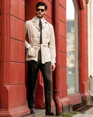 Cómo combinar una gabardina en beige: Utiliza una gabardina en beige y un pantalón de vestir verde oscuro para rebosar clase y sofisticación. Si no quieres vestir totalmente formal, opta por un par de mocasín con borlas de cuero burdeos.