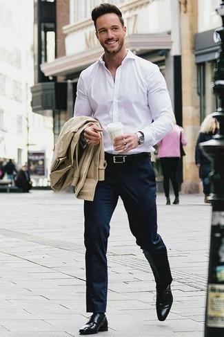 Cómo combinar una camisa de vestir: Empareja una camisa de vestir junto a un pantalón de vestir azul marino para un perfil clásico y refinado. Zapatos derby de cuero negros darán un toque desenfadado al conjunto.