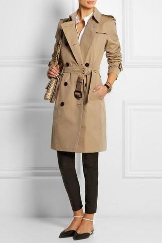 Esta combinación de una gabardina marrón claro y unos pantalones pitillo negros es perfecta para una salida nocturna u ocasiones casuales elegantes. Bailarinas de cuero negras añadirán un nuevo toque a un estilo que de lo contrario es clásico.