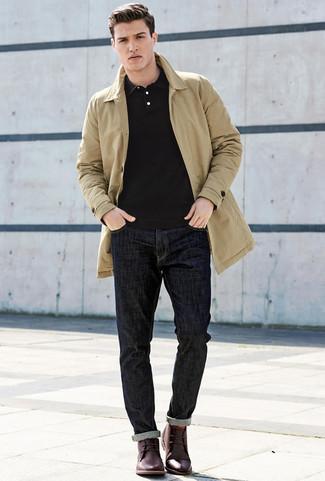 Cómo combinar una camisa polo negra: Para un atuendo que esté lleno de caracter y personalidad ponte una camisa polo negra y unos vaqueros azul marino. Con el calzado, sé más clásico y opta por un par de botas safari de cuero burdeos.