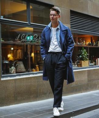 Cómo combinar una camisa vaquera celeste: Elige una camisa vaquera celeste y un pantalón chino de lino negro para un look diario sin parecer demasiado arreglada. Tenis blancos son una opción grandiosa para complementar tu atuendo.