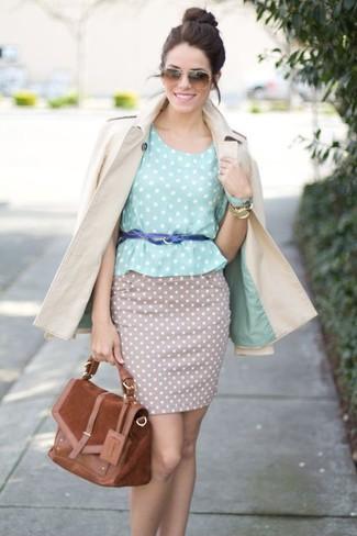 Considera ponerse una gabardina beige y una falda lápiz a lunares beige para lograr un estilo informal elegante.