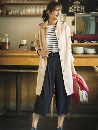 Ponte una gabardina marrón claro y una falda pantalón negra de mujeres de Marni para una vestimenta cómoda que queda muy bien junta. Mezcle diferentes estilos con zapatillas altas de lona azul marino.