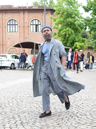 Cómo combinar: gabardina de lino gris, camiseta con cuello circular celeste, pantalón chino de rayas verticales gris, mocasín con borlas de cuero azul marino