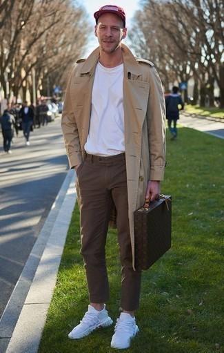 Cómo combinar un pantalón chino marrón: Elige una gabardina marrón claro y un pantalón chino marrón para lograr un look de vestir pero no muy formal. Si no quieres vestir totalmente formal, haz deportivas blancas tu calzado.