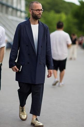 Cómo combinar un pantalón chino negro: Considera emparejar una gabardina azul marino junto a un pantalón chino negro para lograr un look de vestir pero no muy formal. Zapatos derby de cuero dorados levantan al instante cualquier look simple.