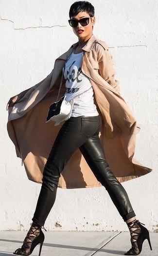Cómo combinar un bolso bandolera de cuero en negro y blanco: Una gabardina marrón claro y un bolso bandolera de cuero en negro y blanco son una opción inigualable para el fin de semana. Sandalias de tacón de malla negras son una opción práctica para complementar tu atuendo.