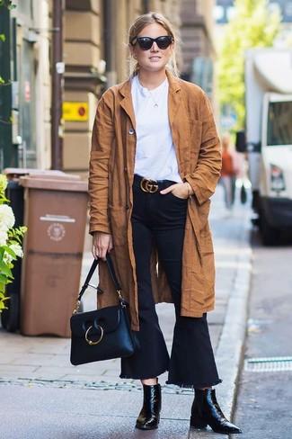 Cómo combinar: gabardina de ante marrón, camiseta con cuello circular blanca, vaqueros de campana negros, botines de cuero negros