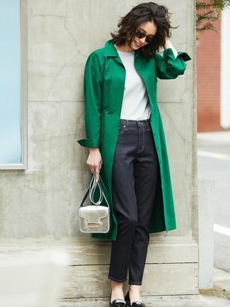 Cómo combinar: gabardina verde, camiseta con cuello circular blanca, vaqueros azul marino, bailarinas de cuero negras