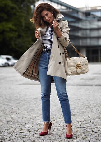 Cómo combinar: gabardina en beige, camiseta con cuello circular de rayas horizontales en blanco y negro, vaqueros azules, zapatos de tacón de ante burdeos