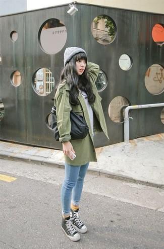 Cómo combinar: gabardina verde, camiseta con cuello circular gris, vaqueros pitillo celestes, zapatillas altas en negro y blanco