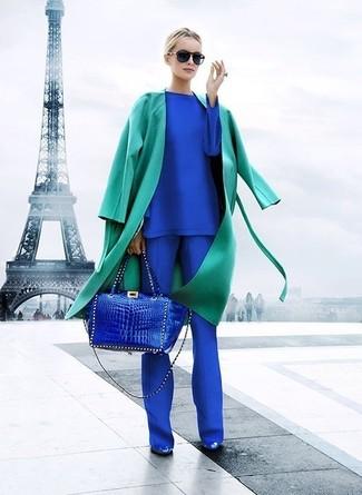 Una gabardina verde y un pantalón de vestir azul son una combinación toda fashionista debe intentar Zapatos de tacón de cuero azules son una sencilla forma de complementar tu atuendo.