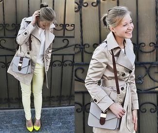 Elige una gabardina gris y unos pantalones pitillo amarillos para un conjunto de oficina con estilo. Complementa tu atuendo con zapatos de tacón de cuero amarillos.