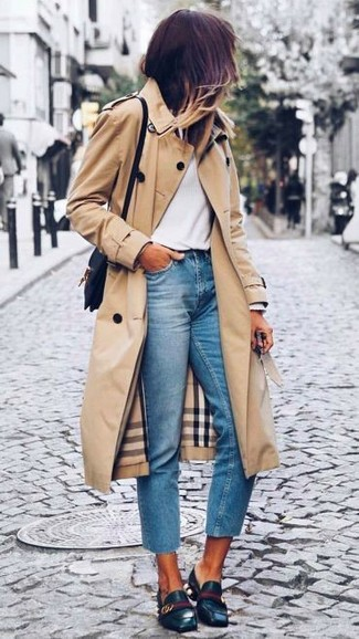 Look de moda: Gabardina marrón claro, Camiseta de manga larga blanca, Vaqueros celestes, Mocasín de cuero negros