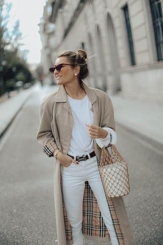 Cómo combinar: gabardina en beige, camiseta de manga larga blanca, vaqueros blancos, mochila con cordón de cuero blanca