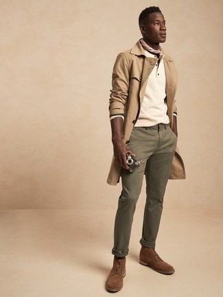 Cómo combinar una gabardina marrón claro: Si buscas un look en tendencia pero clásico, elige una gabardina marrón claro y un pantalón chino verde oliva. Botas casual de ante marrónes son una opción grandiosa para complementar tu atuendo.