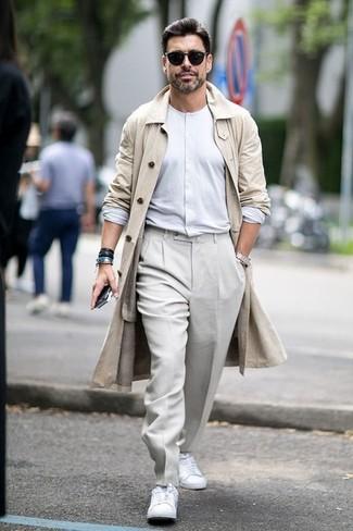 Cómo combinar: gabardina en beige, camiseta henley de manga larga blanca, pantalón de vestir en beige, tenis blancos