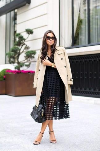 La versatilidad de una gabardina beige y una falda campana con ojete negra los hace prendas en las que vale la pena invertir. Sandalias de tacón de cuero negras son una opción estupenda para complementar tu atuendo.