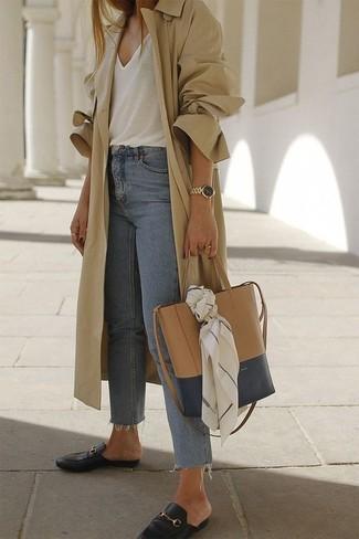 Cómo combinar: gabardina marrón claro, camiseta sin manga blanca, vaqueros celestes, mocasín de cuero negros