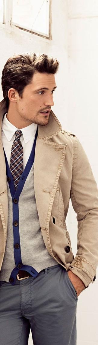 Cómo combinar: gabardina marrón claro, cárdigan gris, camisa de vestir blanca, pantalón chino gris