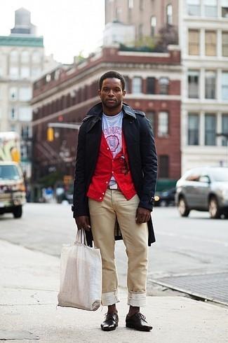 Cómo combinar: gabardina negra, cárdigan rojo, camiseta con cuello circular estampada en blanco y rojo, pantalón chino marrón claro