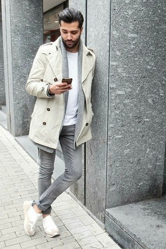 Cómo combinar: gabardina en beige, cárdigan con cuello chal gris, camiseta con cuello circular blanca, vaqueros pitillo grises