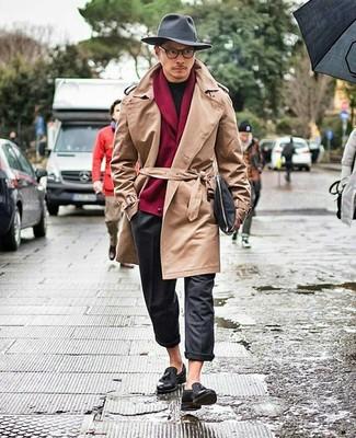 Cómo combinar un pantalón chino de lana en gris oscuro: Empareja una gabardina marrón claro junto a un pantalón chino de lana en gris oscuro para crear un estilo informal elegante. ¿Te sientes valiente? Elige un par de mocasín con borlas de cuero negro.