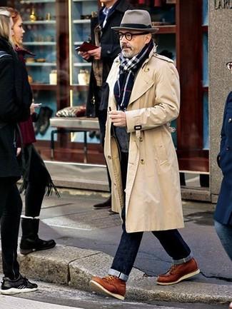 Cómo combinar: gabardina en beige, cárdigan con cuello chal en gris oscuro, vaqueros azul marino, botas casual de cuero en tabaco