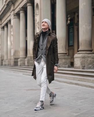 Cómo combinar: gabardina marrón, cárdigan gris, jersey de cuello alto en gris oscuro, vaqueros blancos